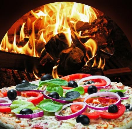 pizza: pizza con jam�n y queso cocido en el fuego en la estufa
