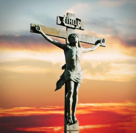 Kruisiging van Jezus Christus op de zonsondergang in de hemel
