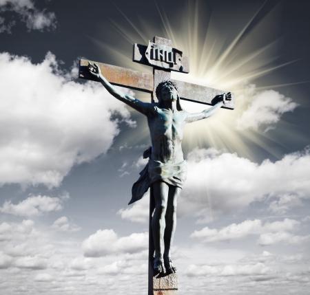 jesus on cross: Crucifixión de Jesús Cristo en el cielo y el sol Foto de archivo
