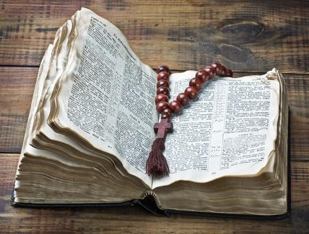 bible ouverte: chapelet en bois et la Bible sur la table