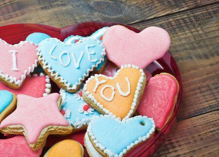te quiero: Galletas de San Valentín con las palabras Te amo en la mesa