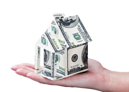 equidad: Casa hecha del dinero en la mano aisladas sobre fondo blanco