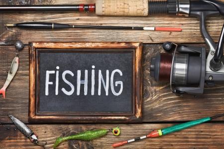 pesca: pizarra con la palabra pesca, y otros accesorios