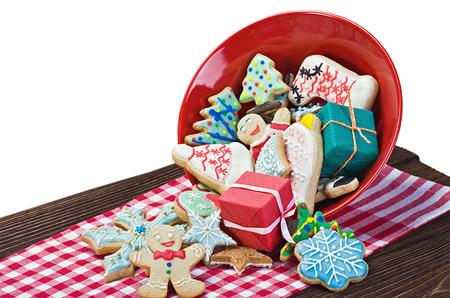 흰 배경에 고립 된 테이블에 크리스마스 생강 빵 쿠키