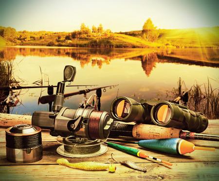 湖の背景にポンツーンに釣具