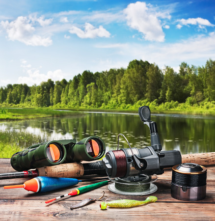fluga: fiskeredskap på en ponton på bakgrunden av sjön i skogen Stockfoto