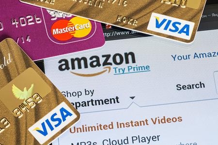 モスクワ, ロシア - 2014 年 2 月 27 日: 購入の支払いのビザとマスター カードのプラスチック カードを使用してオンライン ストア Amazon のお支払いか