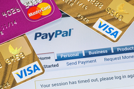 Moskou, Rusland - 27 februari 2014: Online winkelen betaald via Paypal betalingen met behulp van plastic cards van Visa en Mastercard. PayPal is een populaire en internationale methode voor de overboeking via het internet.