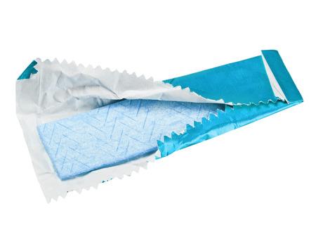 kauwgom op de witte achtergrond met papier