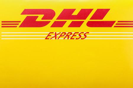 Moskou, Rusland - 24 april 2014: Envelop logo DHL. DHL Duitse multinational, een van de wereldleiders in de logistieke markt, het bedrijf werd opgericht in 1969. Redactioneel