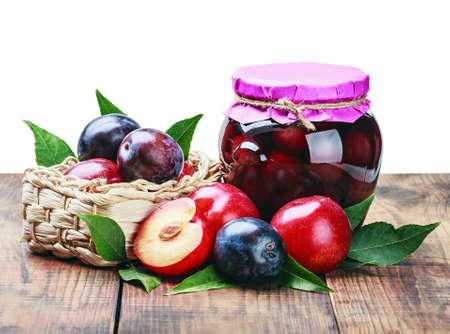 frutta sciroppata: scatola composta di frutta e prugne fresche isolato su bianco