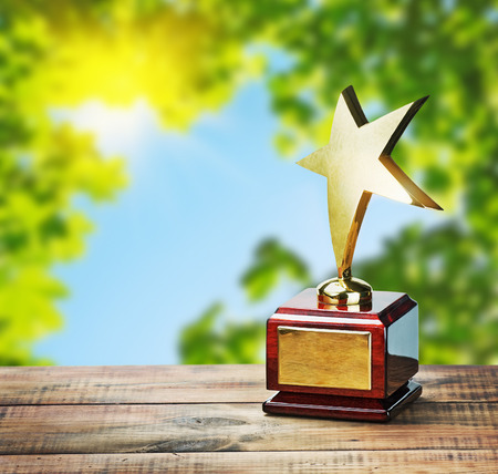 Sterne-Auszeichnung in der Tabelle auf dem Hintergrund der Natur