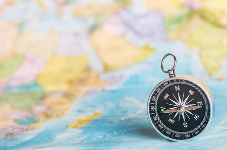 kompas op de toeristische kaart. Focus op de kompasnaald Stockfoto