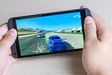 internet movil: Mosc�, Rusia - 26 de agosto 2014: Real Racing 3 juego para Android en tu htc smartphone. Juego Real Racing 3 para dispositivos m�viles en el g�nero de simulador de carreras de carretera.
