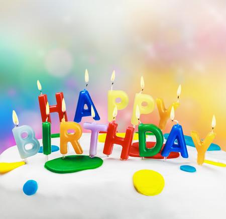 velas de cumpleaños: velas encendidas en una torta de cumpleaños Foto de archivo