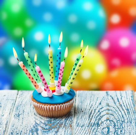 バルーンの背景に非常に熱い蝋燭との誕生日ケーキ