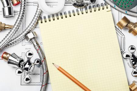 sanitair en gereedschappen met een notebook om tekst te schrijven