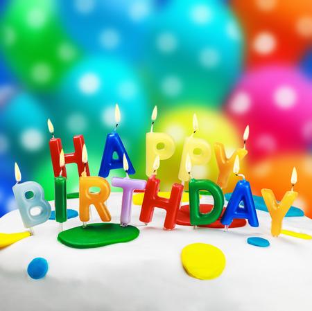 candele accese su una torta di compleanno