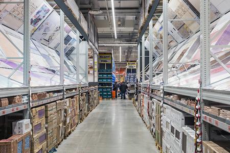 retail chain: Mosca, Russia - dicembre 14,2014: shopping nei negozi della catena OBI. Obi catene di negozi al dettaglio tedesco di costruzione e per la casa beni appartenenti alla societ� OBI GmbH & Co.