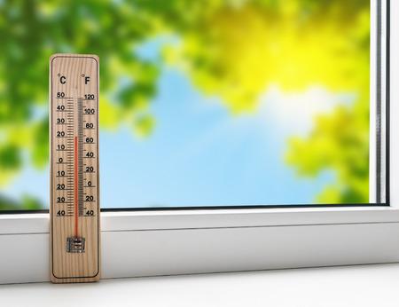 estado del tiempo: Termómetro en el alféizar de la ventana en el fondo del calor del verano