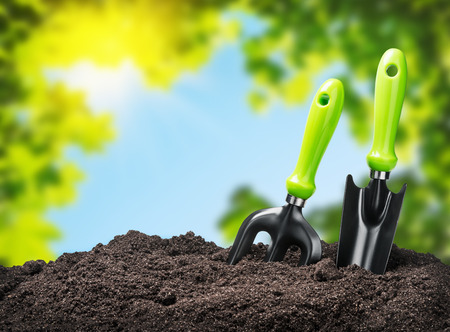 tools garden soil on nature background. Focus on tools Foto de archivo