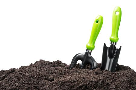 herramientas de trabajo: herramientas de jardín en suelo aislado en el fondo blanco