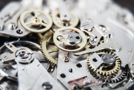 engranes: mecanismo del reloj. Muy poca profundidad de campo. Centrarse en los engranajes centrales Foto de archivo
