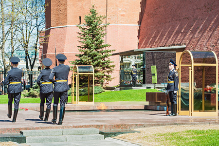 under fire: Rusia Kremlin de Mosc� 2 de mayo de 2013 - Guardia de Honor de pie cerca de Fuego Eterno y la tumba del soldado desconocido bajo el muro del Kremlin de Mosc�, Rusia