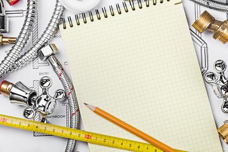 plomería y herramientas con un cuaderno para escribir texto