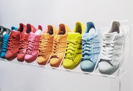 Moskwa, Rosja - 19 kwietnia 2015: adidas Originals trampki w sklepie obuwniczym w Moskwie. Adidas, niemiecka grupa przemysłowa specjalizująca się w produkcji obuwia sportowego, odzieży i ekuipment
