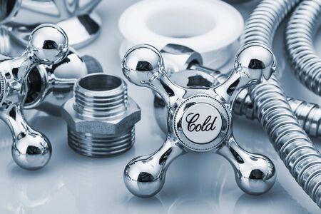 plumber: fontanería y herramientas en un fondo claro. centrarse en la palabra frío. imagen tonificación