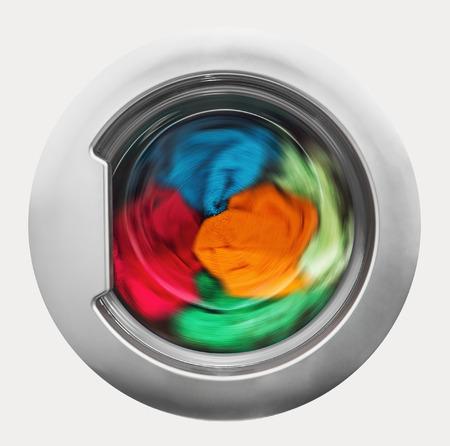 lavadora con ropa: Puerta de carga con prendas de rotación interior. centrarse en el centro de la ropa sucia y lavadora en el bastidor