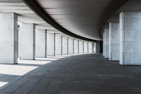 lange gang van een gebouw met kolommen, monochrome achtergrond