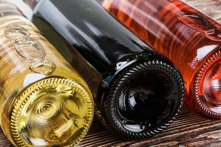 bouteille de vin: bouteilles de vin de différentes sortes. Concentrez au milieu du cadre