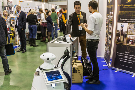 """Moskwa, Rosja, 20 listopada 2015: III Międzynarodowa Wystawa Robotyki i zaawansowane technologie """"Robotics Expo"""" w Moskwie. Skoncentruj się na płycie w robocie, nieostrość Zdjęcie Seryjne"""