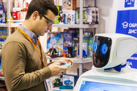 """robot: Moskwa, Rosja, 20 listopada 2015: The 3rd International Exhibition of Robotics i zaawansowane technologie """"Robotyka Expo"""" w Moskwie. Skoncentruj się na oczach robota"""