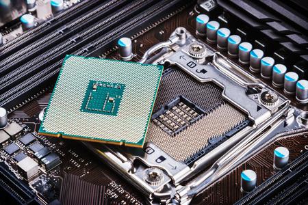 zócalo de la CPU y el procesador en la placa madre Foto de archivo