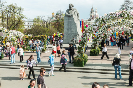 marx: Moscow, Russia - May 2, 2016: Tourists and citizens walking on Revolution Square in Moscow. Festival Moscow Spring 2016 at the monument to Karl Marx