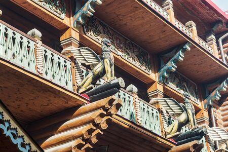 palacio ruso: Moscú, Rusia - 13 de marzo 2016: tallado palacio de madera Izmailovo Kremlin en Moscú. Kremlin en Izmailovo - Rusia y la historia de cuento de hadas entrelazada con la modernidad!