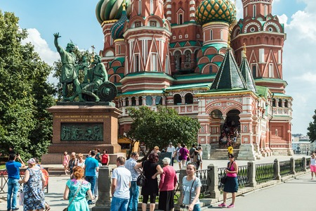 pokrovsky: Moscow, Russia - August 7, 2016: Tourists and townspeople in Red Square near the Pokrovsky Cathedral (St. Basils Cathedral) in Moscow Editorial