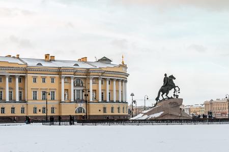 uomo a cavallo: vista della statua del Cavaliere di Bronzo a San Pietroburgo la mattina all'inizio dell'inverno, Russia