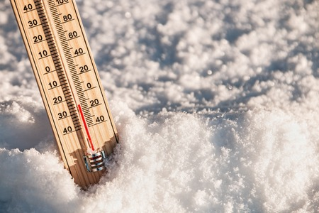 termometer: Wooden Thermometer in the snow with freezing temperatures