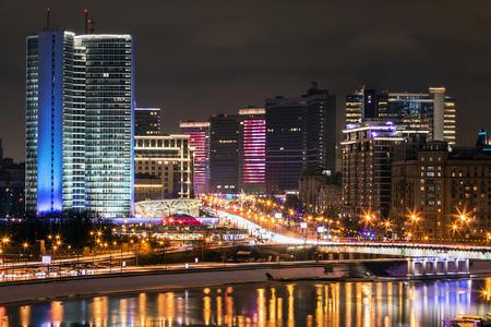 calles nocturnas de moscú en la ciudad. vista de la calle arbat arbat y el edificio de la ciudad del centro de moscú