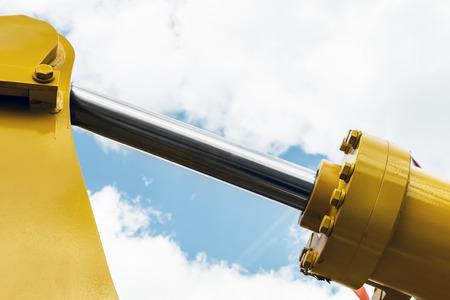 유압 장치 트랙터 노란색입니다. 유압 파이프에 집중