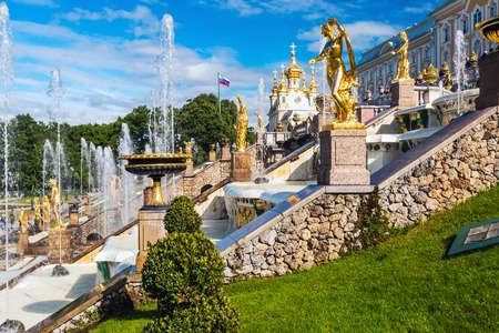 palacio ruso: ST PETERSBURG, RUSSIA - July 08, 2017: Tourists in Peterhof the fountains of the Grand Cascade. The Peterhof Palace included in the UNESCOs World Heritage List Editorial
