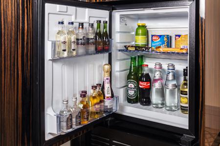 Mini Kühlschrank Für Wein : Mini kühlschrank voller flaschen alkoholische getränke und wasser