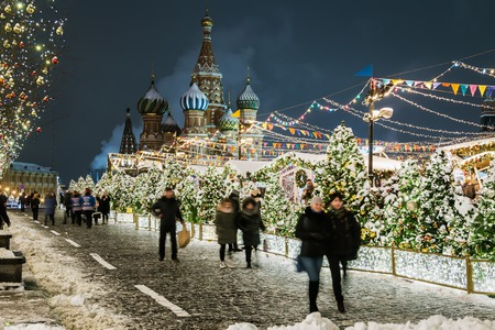 Moscow, Russia-December 25, 2018: beautifully decorated Moscow and red square for New year and Christmas. Walking people and tourists on the decorated streets and squares of the city Фото со стока - 122972116