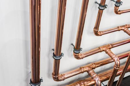 Kupferrohre und -fittings für Klempnerarbeiten. Klempnerarbeiten, Befestigungsrohre und Formstücke für den Anschluss von Wasser- oder Gassystemen