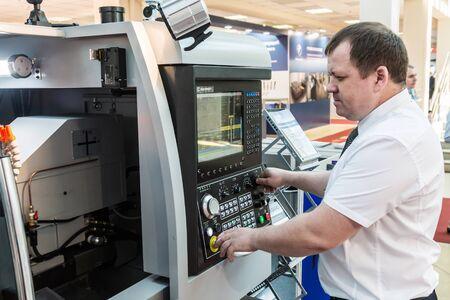 """Moskau, Russland - 27. Mai 2019: 20. internationale Fachausstellung """"Ausrüstung, Geräte und Werkzeuge für die metallverarbeitende Industrie"""". Arbeit in der Ausstellung"""