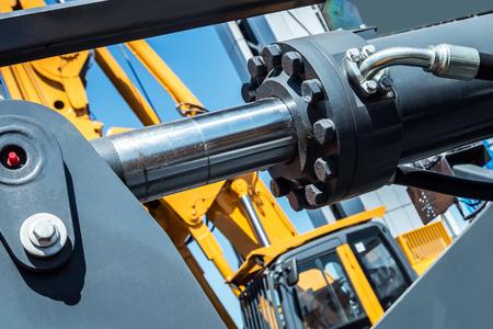 Hydrauliksystem des Traktors oder Baggers. Details und Teile von Bau- und Reparaturgeräten